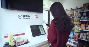 La cliente escanea los productos que va a comprar