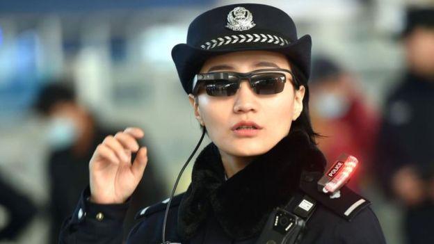 policía china con gafas de reconocimiento facial