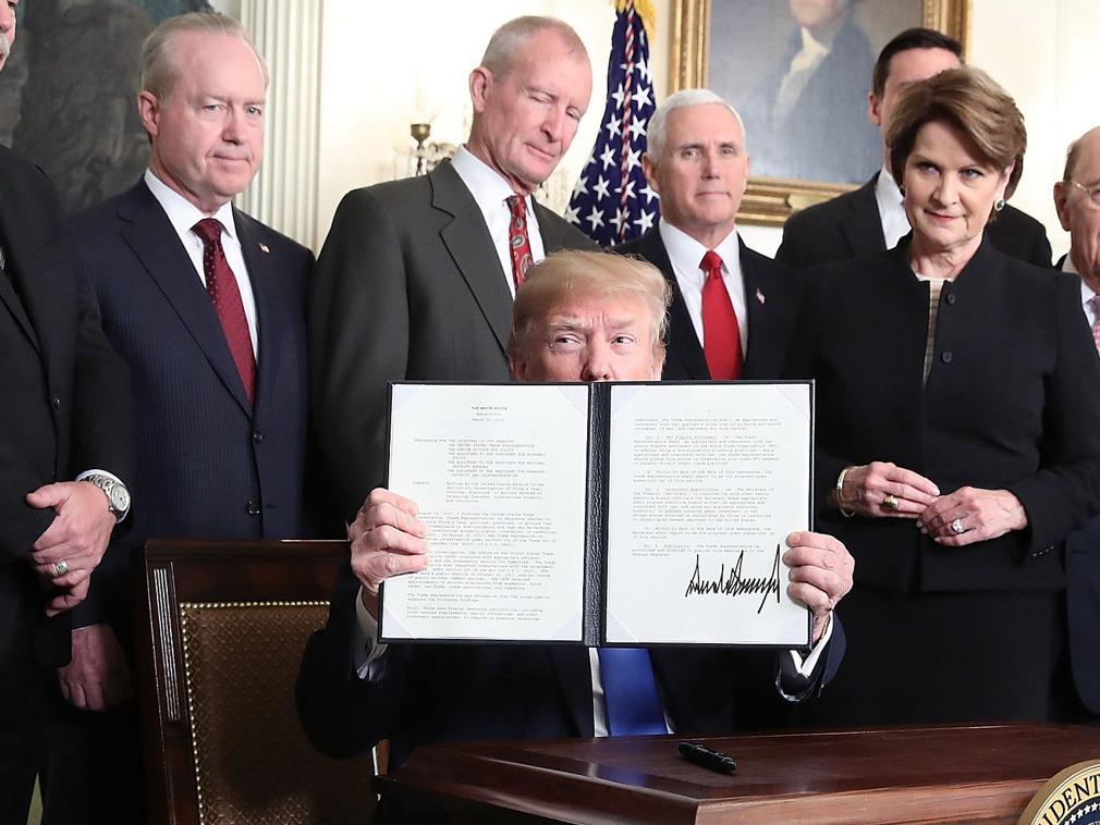 Trump sostiene el acuerdo donde se imponen las tarifas tras haber sido firmado.