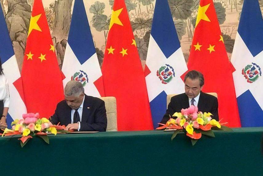 representantes de China y República Dominicana