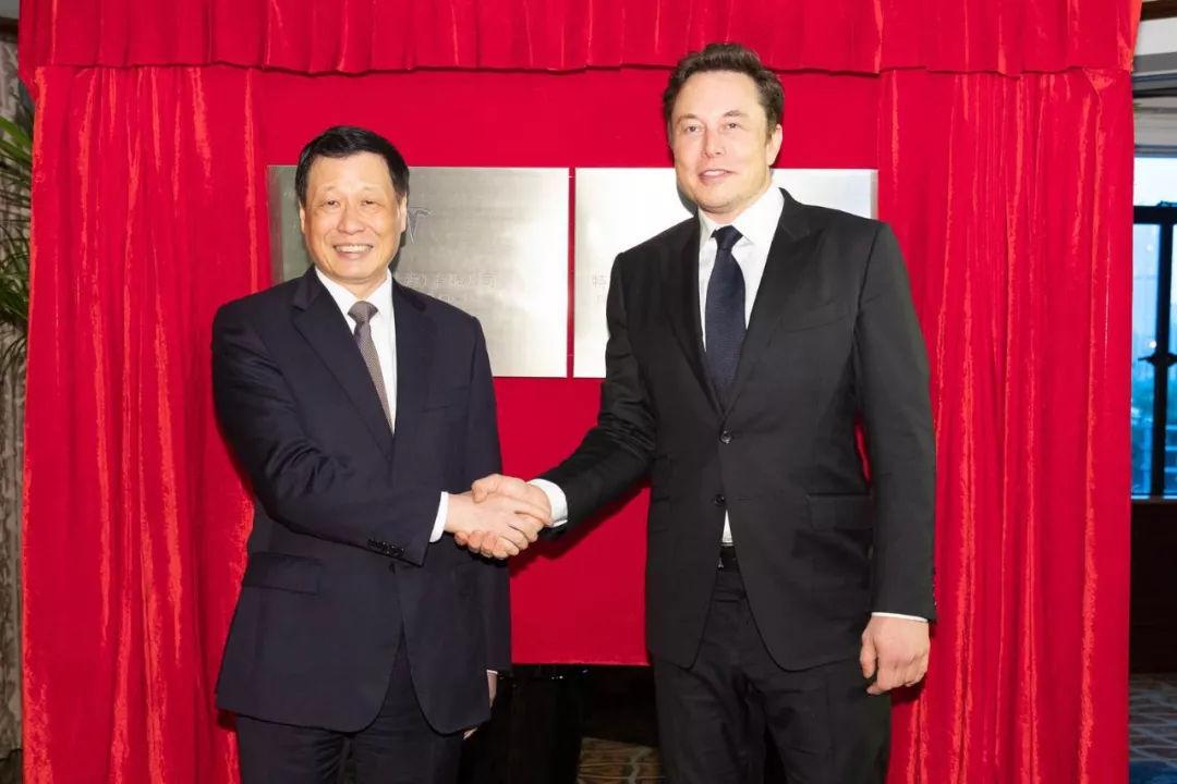 CEO de Tesla Elon Musk se reúne con oficiales de Shanghái