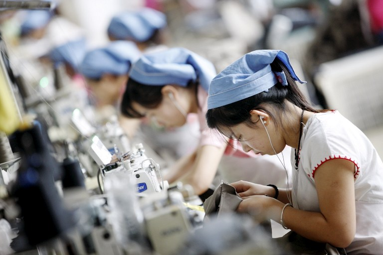 Empleadas chinas en una manufacturera. China planea establecer una semana laboral de 4 días