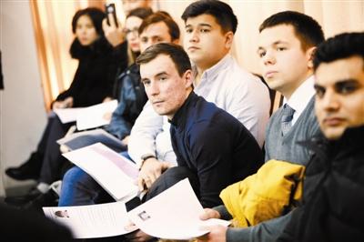 Estudiantes extranjeros aplicando a una entrevista.