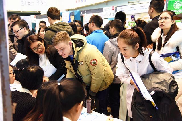 Estudiantes extranjeros en una feria de empleo.