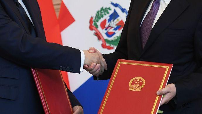Los-ministros-de-asuntos-exteriores-Carlos-Castañeda-y-Wang-Yi-estrechan-manos-1