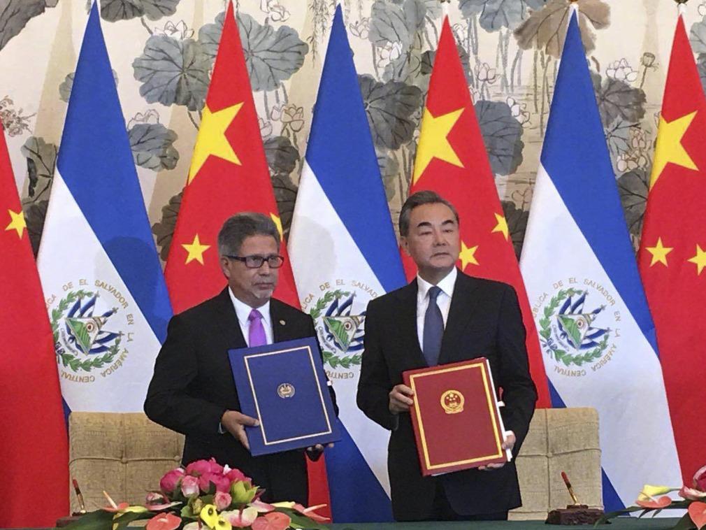 El ministro de El Salvador, Carlos Castañeda, de lado del ministro chino, Wang Yi