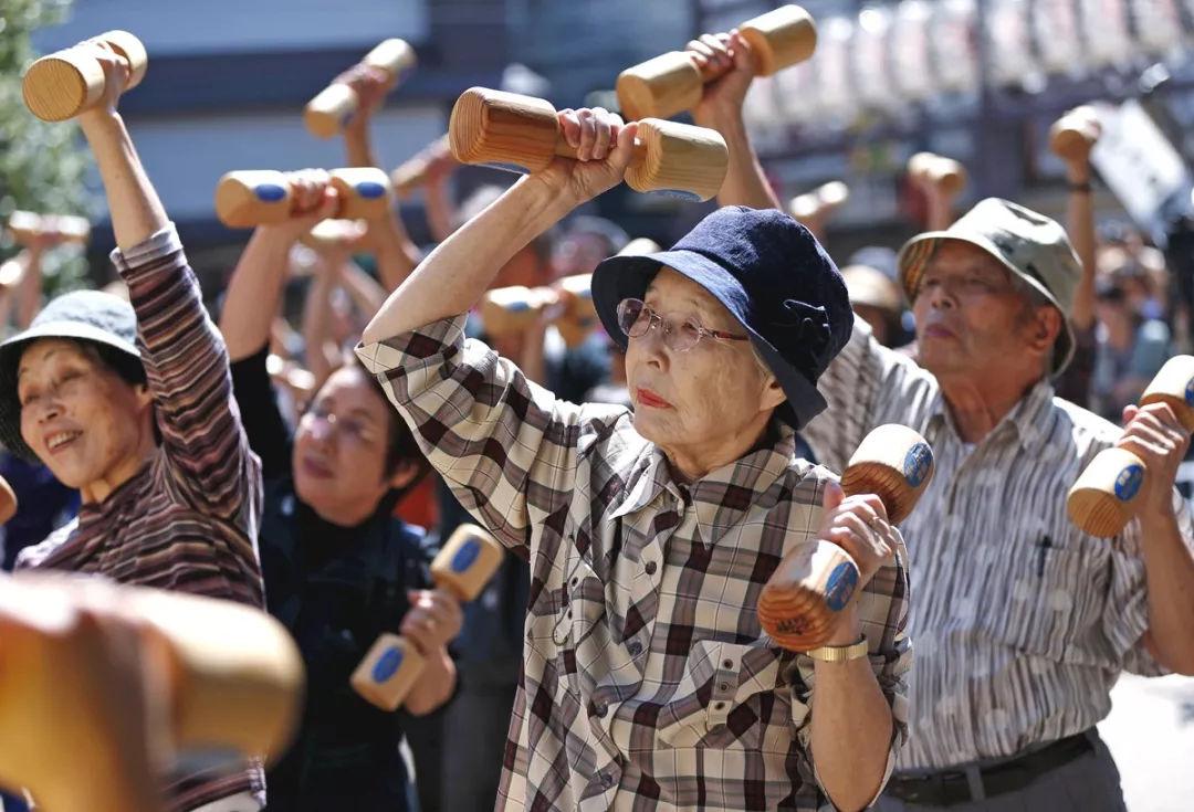 Ancianos se ejercitan en una plaza