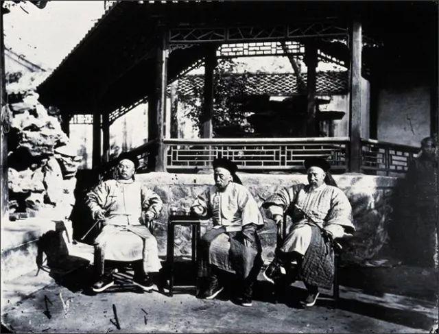 Oficiales de la dinastía Qing bebiendo agua caliente