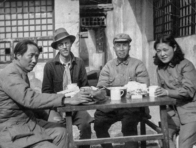 Mao Zedong, Zhou Enlai y otros líderes bebiendo agua caliente.
