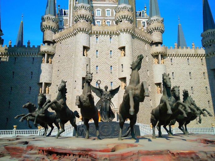 Estatua de Victoria y nueve caballos