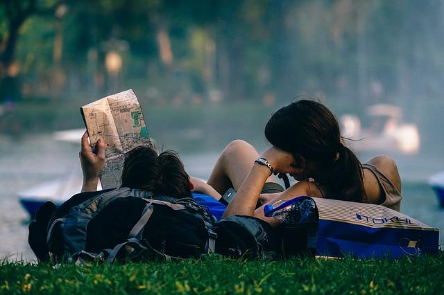 Dos jóvenes asiáticos descansan en el pasto